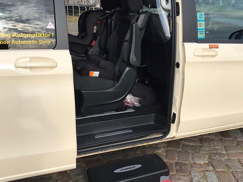 Innenraum mit Kindersitzen- HamTax Grossraumtaxi in Hamburg